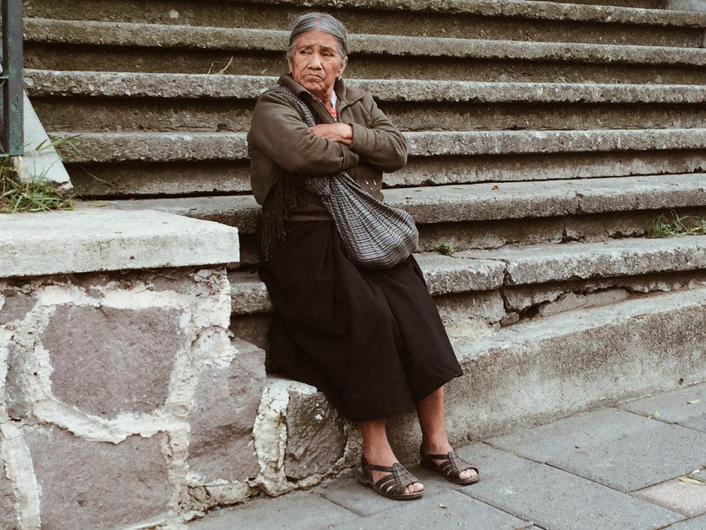 Señora frente a la iglesia de la Virgen de Ocotlán en Tlaxcala.