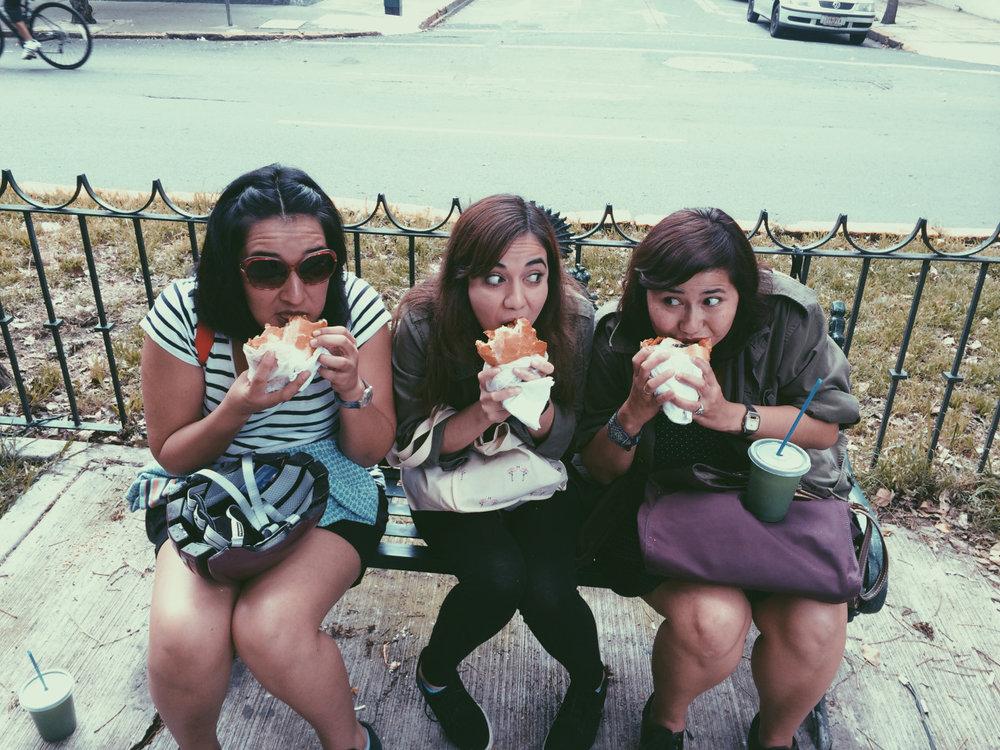 P., El Conejo y yo en La Condesa comiendo tortas de chilaquil un día después de mi cumpleaños.