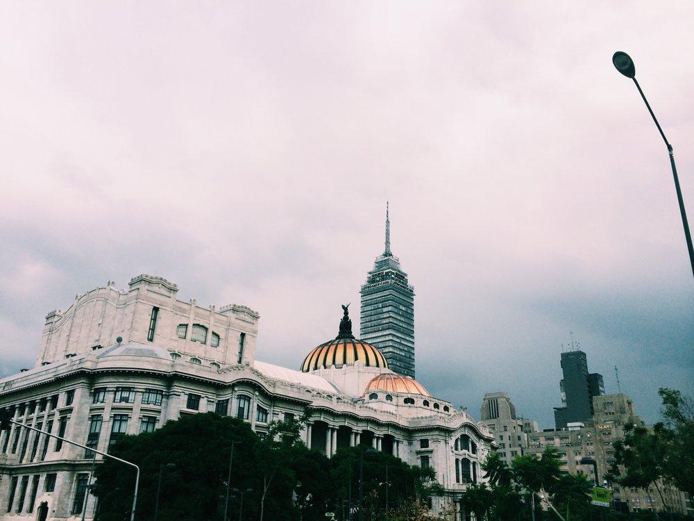 Afuera de Bellas Artes, el edificio más hermoso del mundo.