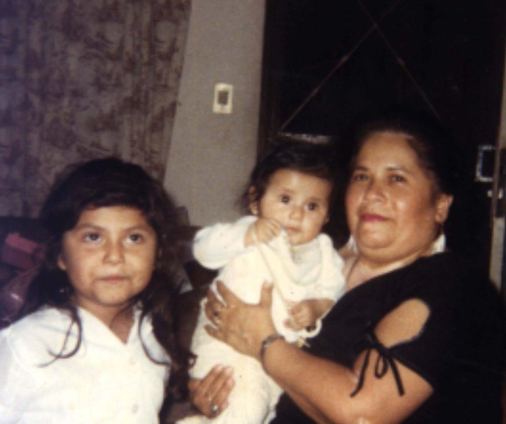 Mi hermana, mi abuela y yo (en medio).