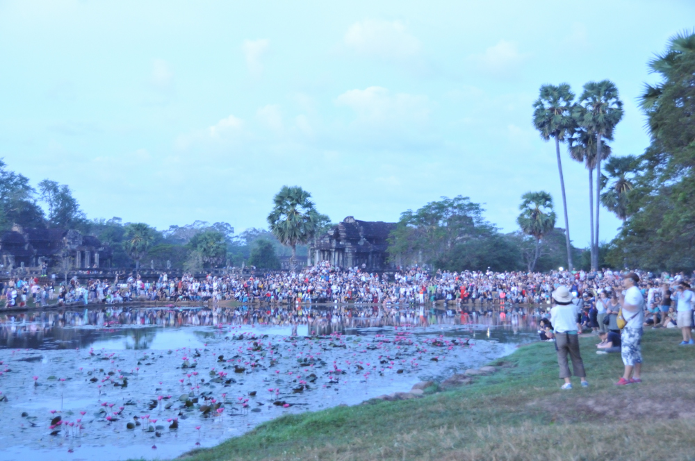 The crowd that gathers near the water to catch the colors reflected in the waters.