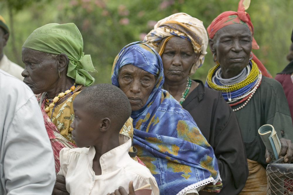 Kenyan woman line up at an HIv/aids clinic