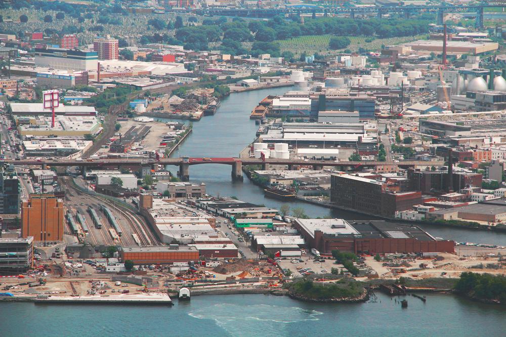 Brooklyn waterfront. photo:PimmyTan/shutterstock
