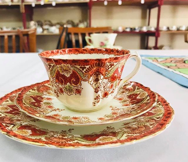 I took this beautiful teacup on an outing today. A group of vintage China tea lovers met to share stories about their favourite teacups. I learnt that this cup is circa 1880-1930. So more antique than vintage ❤️