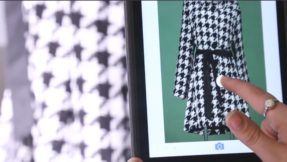 Hier kontrolliert ein Stylist durch Wischen nach oben, unten, links und rechts auf der iPad-Oberfläche das Lichtgleichgewicht insgesamt. Dadurch ändert sich die Leistung der im System enthaltenen preisgekrönten Rotolight-LEDs. Wenn alles stimmt, wird mit nur einem Tastendruck der Hintergrund entfernt und das Bild in das eigene Netzwerklaufwerk von StyleShoots exportiert.