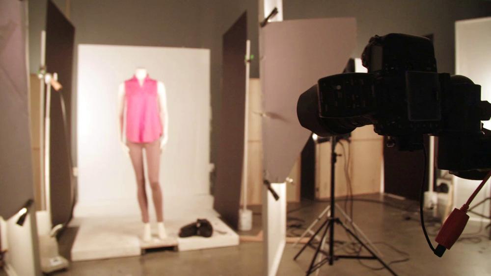 Ein traditionelles Digital-Set von PureRED. Eine Kombination aus freiliegenden Kabeln als Stolperfallen und viel nicht optimal genutztem Raum nimmt bei der Aufnahme des richtigen Bildes durch das ständige Hin- und Herlaufen für einen Blick in den Sucher viel zusätzliche Zeit in Anspruch.