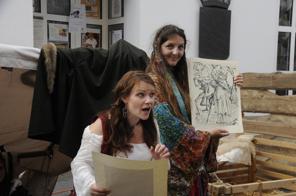 Varisha und Lisa beim Moritaten Gesang