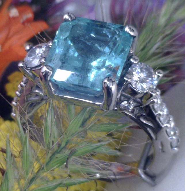 Emerald ring with side diamonds in Palladium.png