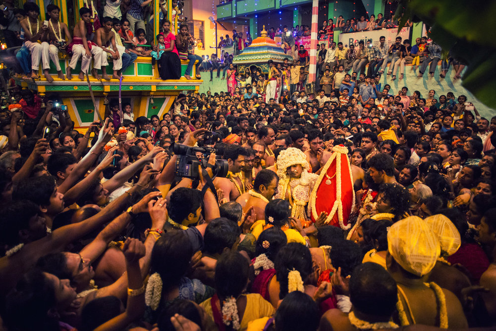 The jasmine Karaga that takes place on the 9th day of the festival is preceded by many fascinating ceremonies, one of which is the Hasi Karaga. Sediment from the Sampangi Tank, considered by Tigalas as one of the places of spiritual significance, is wrapped in a bright red cloth and adorned with jasmine strings and jewellery. The Karaga bearer then gingerly balances it on his hip and walks back to the Dharmarayaswamy Temple in a ceremony that happens late at night.