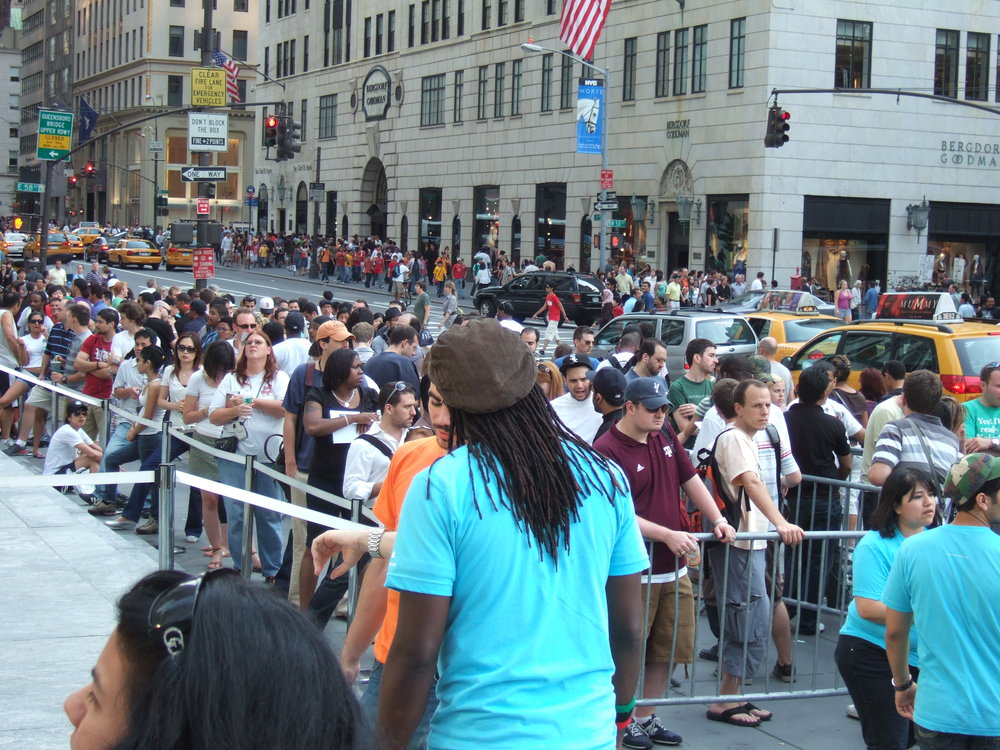 A launch-day lineup outside the Apple Store on Fifth Avenue in New York. Unfortunately, no video games to be found here. (Rob DiCaterino/Flickr under  CC BY 2.0 )