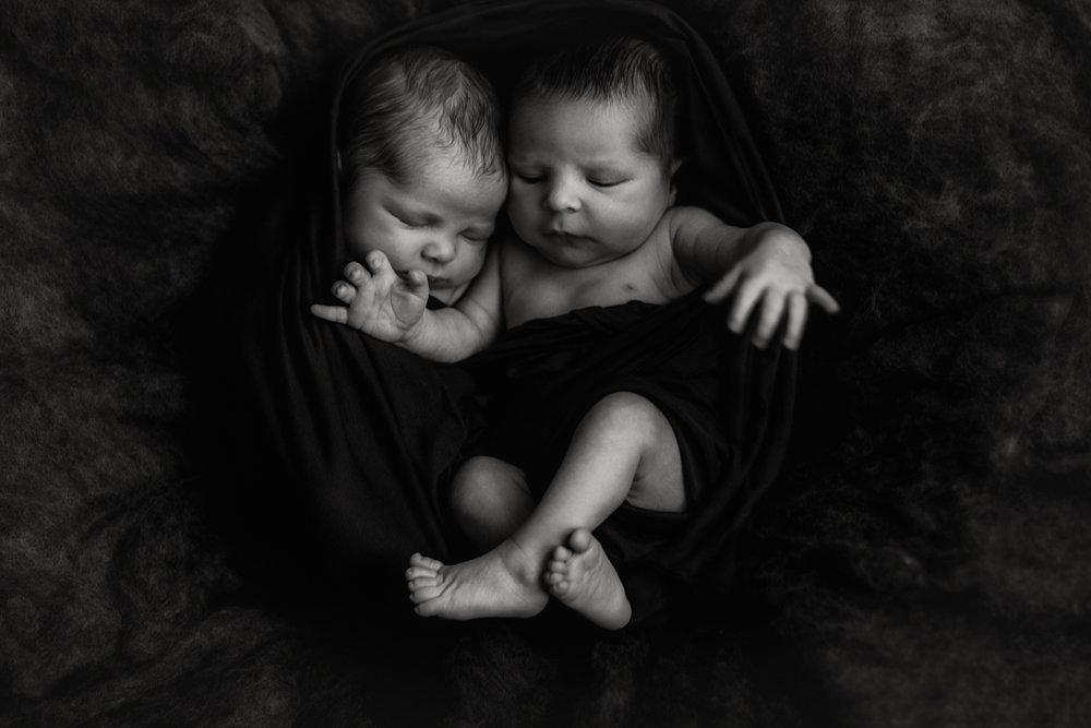 session nouveau-né posée M et R + K + V | FREYIA photography | photographe famille | nouveau-né bébé maternité grossesse lifestyle reportage du quotidien naissance allaitement | PARIS Ile de France 75 92 | freyia freia freya freja anna wator-3.jpg