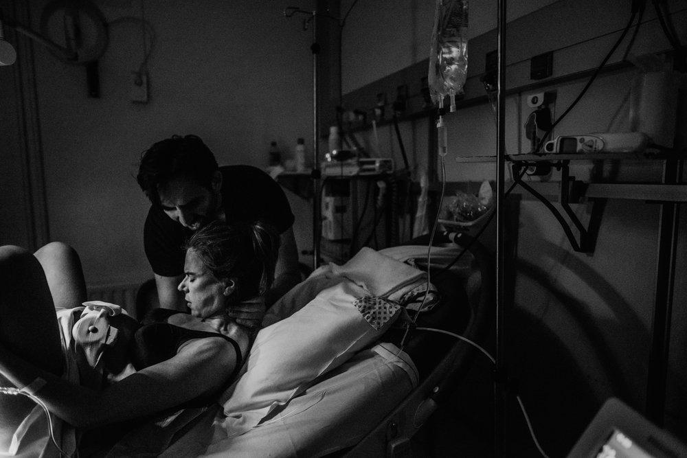 J + G + L accouchement REPORTAGE PHOTO bébé bebe naissance accouchement |  PHOTOGRAPHE naissance accouchement PARIS  | FREYIA photography | photographe | maternité diaconnesses accouchement à domicile dans l'eau naturel nouveau-né bébé naiss-3.jpg