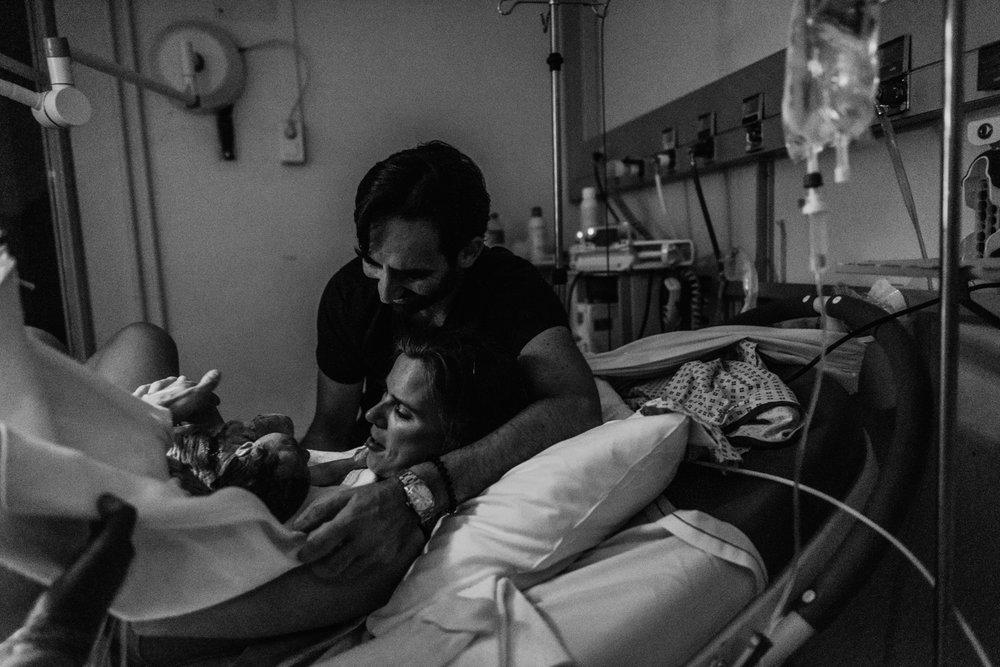 J + G + L accouchement REPORTAGE PHOTO bébé bebe naissance accouchement |  PHOTOGRAPHE naissance accouchement PARIS  | FREYIA photography | photographe | maternité diaconnesses accouchement à domicile dans l'eau naturel nouveau-né bébé naiss-5.jpg