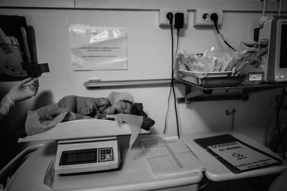 J + G + L accouchement REPORTAGE PHOTO bébé bebe naissance accouchement |  PHOTOGRAPHE naissance accouchement PARIS  | FREYIA photography | photographe | maternité diaconnesses accouchement à domicile dans l'eau naturel nouveau-né bébé naiss-7.jpg