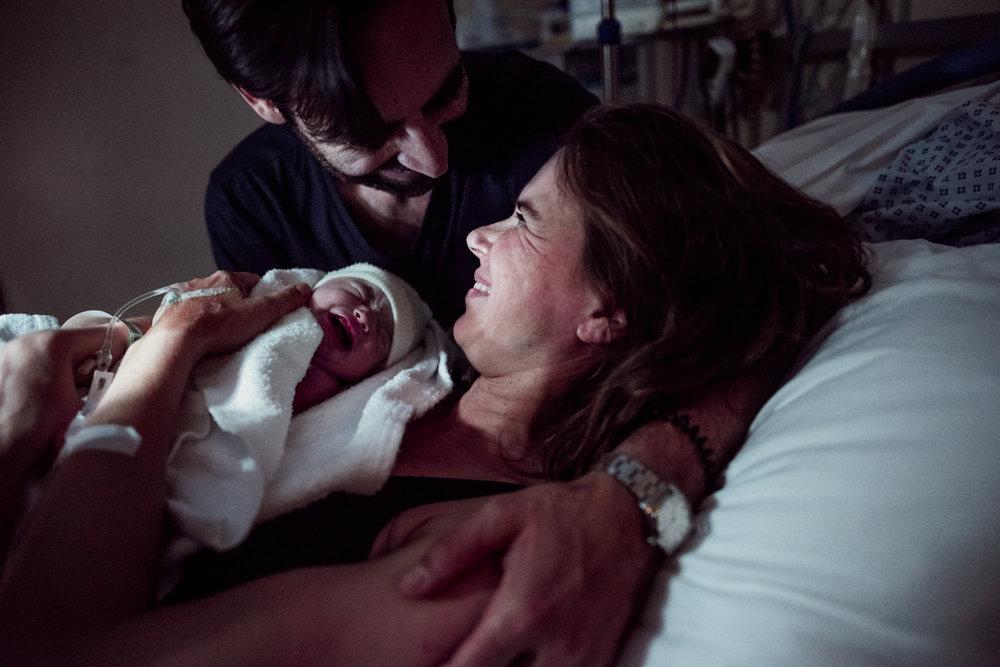 J + G + L accouchement REPORTAGE PHOTO bébé bebe naissance accouchement |  PHOTOGRAPHE naissance accouchement PARIS  | FREYIA photography | photographe | maternité diaconnesses accouchement à domicile dans l'eau naturel nouveau-né bébé naiss-10.jpg