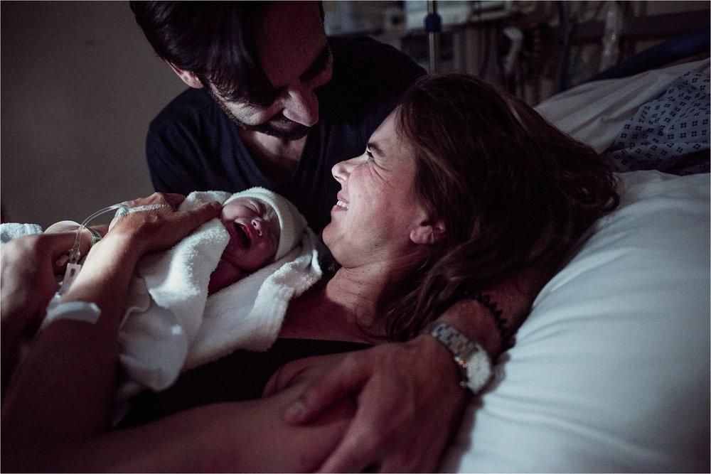 J + G + L accouchement REPORTAGE PHOTO bébé bebe naissance accouchement |  PHOTOGRAPHE naissance accouchement PARIS  | FREYIA photography | photographe | maternité accouchement à domicile dans l'eau naturel nouveau-né bébé naissance allaitem-10.jpg