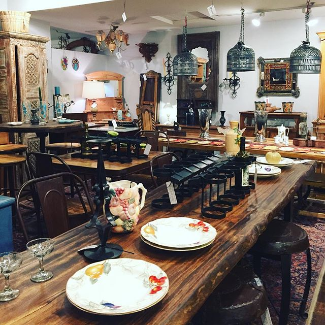 Is it too early to start talking about Thanksgiving?!🦃 . . #thanksgiving #thanksgivingdinner #table #modernhome #interiordesign #homedecor #designer #interiordesigner #fall #fallseason #vintage #antiqueshop #antique #antiques #homegoods