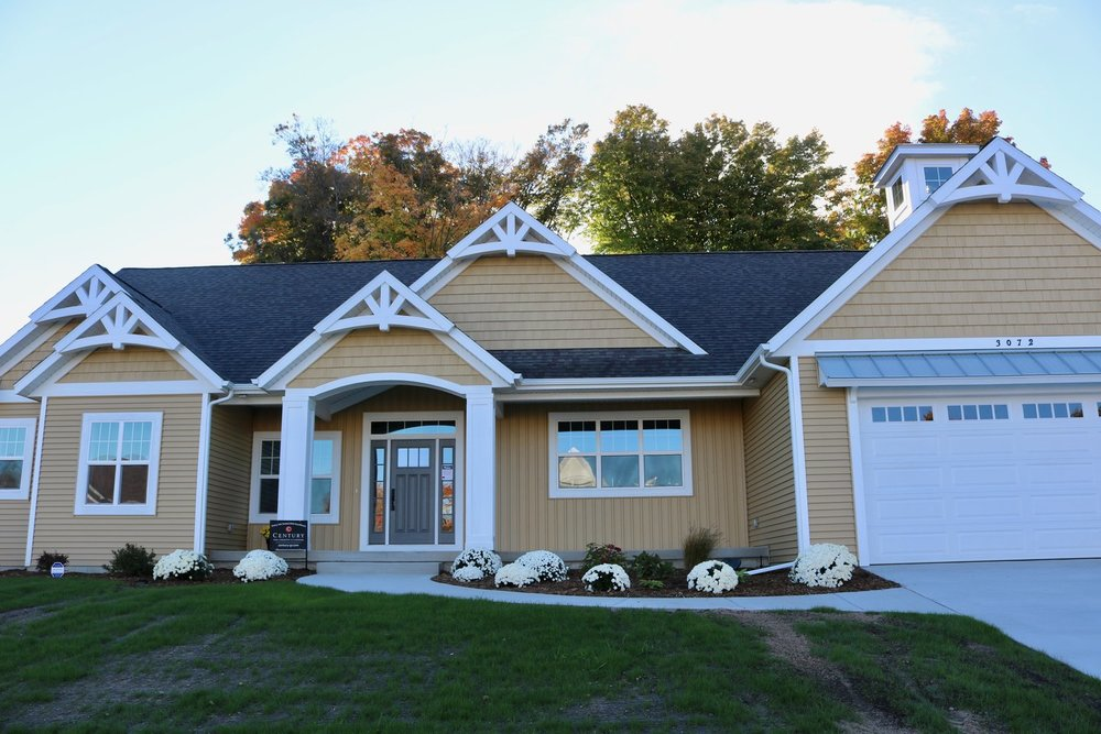CertainTeed Landmark Weatherwood Shingles, Plygem Vinyl Mitten Danish Gold D4 Siding/Shake/B&B & White on White Gutters