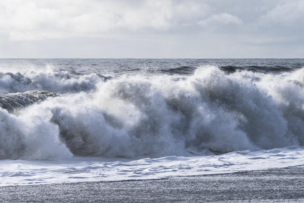 Abbildung 37 Wellen am Strand Reynisfjara - Hier holt man sich schon mal nasse Füße.