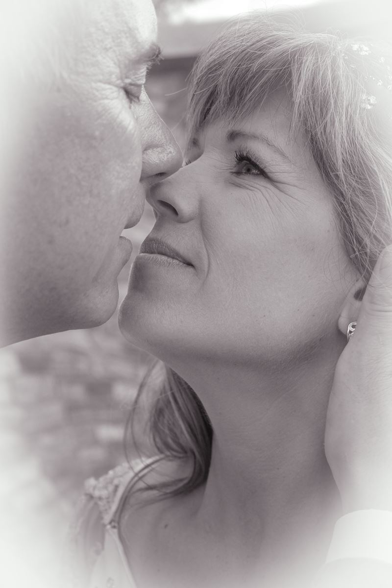entry-25-lori_crowepixel_perfect_photographylonging_kiss.jpg