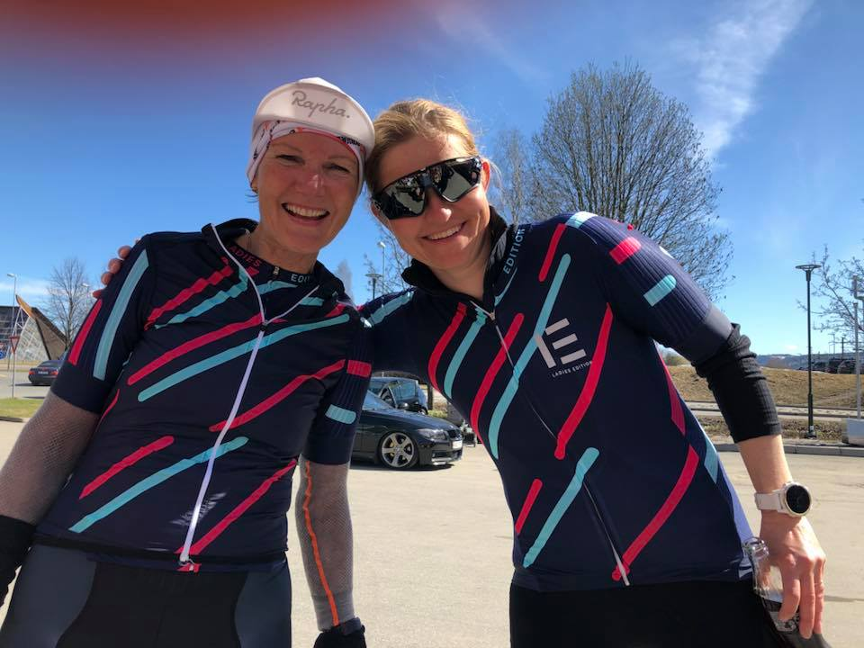 Marianne og Camilla fra Bærum storkoser seg og er allerede blitt erfarne syklister. Foto: Irén Westrum / Ladies Edition og Team Coop Ladies