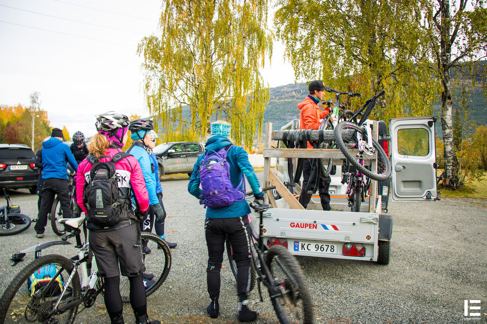 Syklene skal shuttles opp: Både damene og syklene skal sendes oppover fjellet med bil.