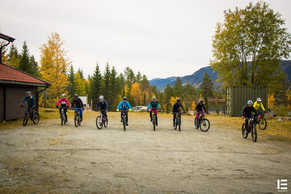 Balansetrening: Damene trener på å komme seg saktest over streken. Målet er å balansere på sykkelen så lenge man klarer.