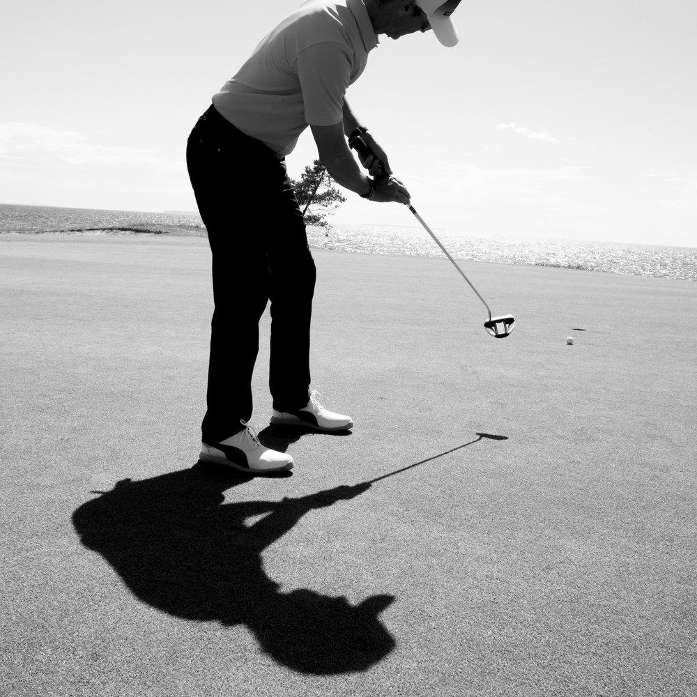 Närspelskurs - Alla kan inte lära sig att slå en drive 300 meter, men varje golfspelare kan träna sig till ett vassare närspel. Här finns många slag att tjäna! Lär dig hantera wedgarna och spelet kring greenerna så kan även ett missat inspel sluta med par eller birdie och ett stort leende.KursfaktaHeldagskurs som ger en riktigt bra grund att stå på. Du får även en bank med övningar för din fortsatta närspelsträning.Kursavgift: 1295 kr. Träning, lunch och fika ingår.Kurstillfälle 2018: Lö 19 maj kl 9:00-16:00För anmälan och frågor vänligen kontakta:Martin Bendelin Munkhammar.martin@visbygk.com073-519 09 39
