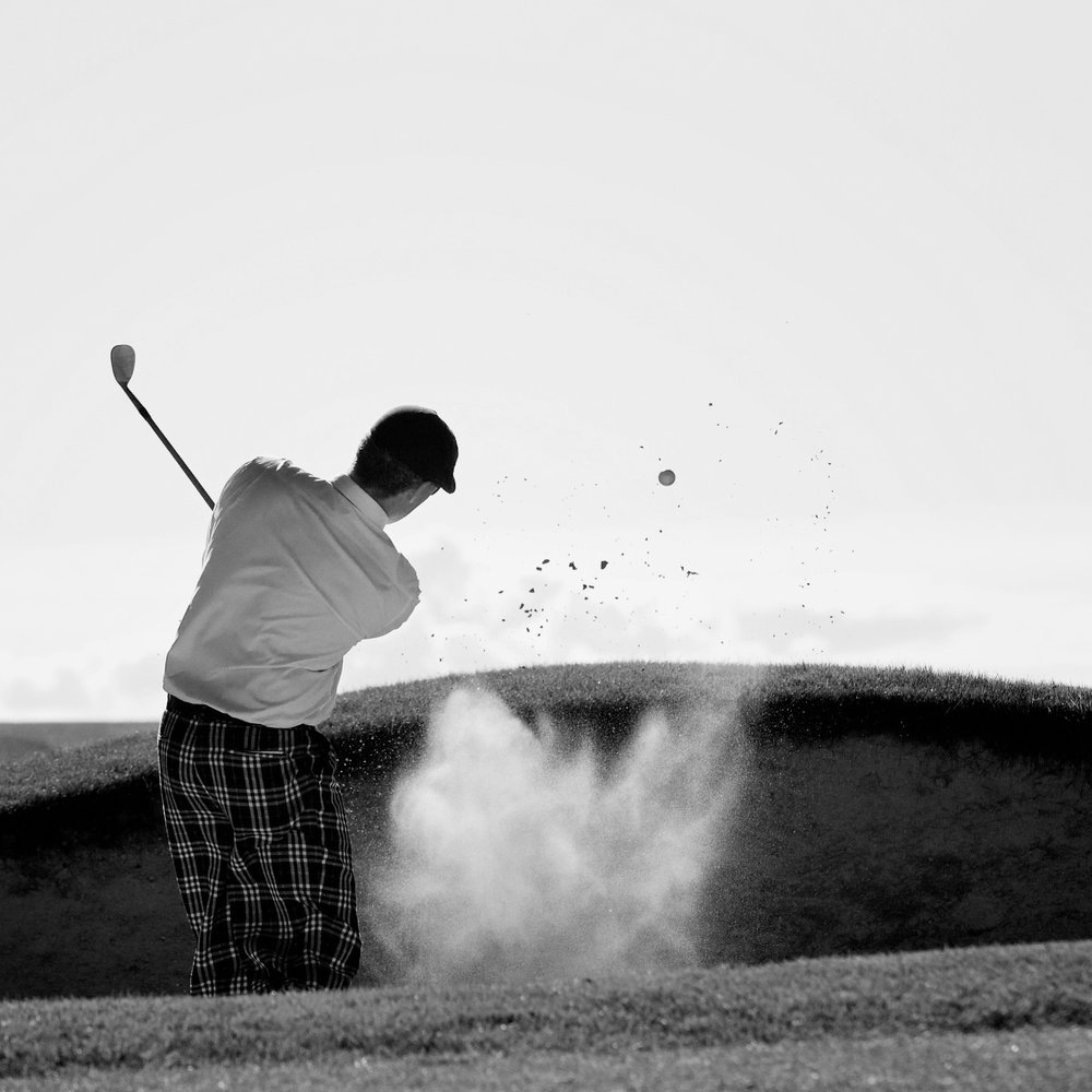 """Temakurser - Golfspelet består av många olika delar och detaljer. Vissa kanske funkar bra, andra mindre bra. Och alla har vi problem med olika saker. Häng med på en eller flera av våra olika temakurser under säsongen om du vill vässa specifika detaljer i ditt spel. Håll utkik på hemsidan och i receptionen efter aktuella kurser!Kursfakta3 timmar intensiv träning på ett speciellt tema, t.ex. """"Hur får jag fart på klubban?"""", """"Hur botar jag min bunkerfrossa?"""" eller """"Hur får jag koppsnurrarna rakt i kopp?""""Kursavgift: 595 kr per tillfälle.Kurstillfällen 2018: Håll utkik på hemsidan och i receptionen efter aktuella temakurser!För anmälan och frågor vänligen kontakta:Martin Bendelin Munkhammar.martin@visbygk.com073-519 09 39"""