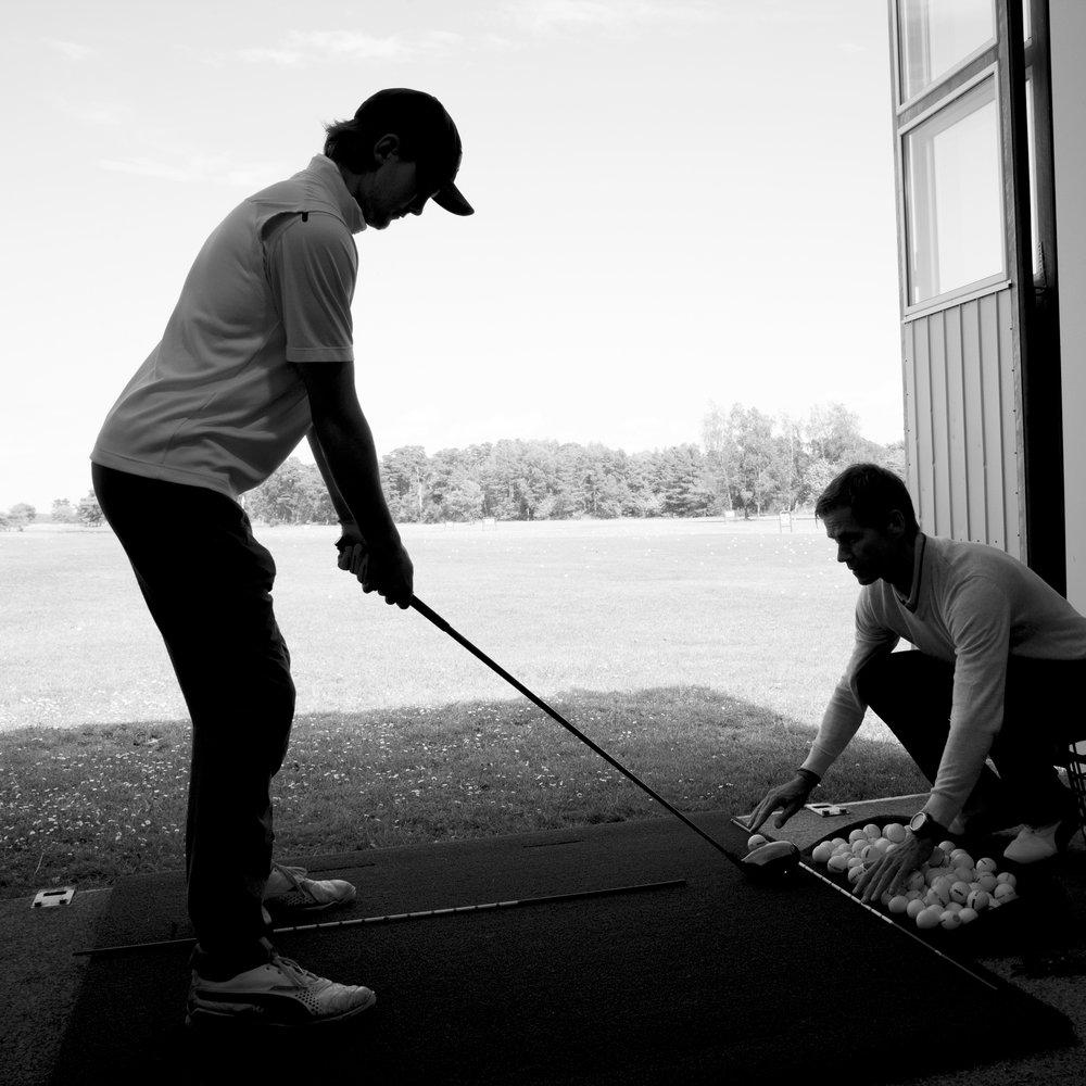 """Privatlektioner - Grunden till glädjen i golfspelet är att fortsätta utvecklas mot sina mål eller bibehålla spelet på den nivå man trivs med. För vissa behövs mycket träning, för andra räcker ett par lektioner eller bara några små justeringar för att lyckas. Vi erbjuder enstaka lektioner, lektionspaket och skräddarsydda upplägg.Fördelen med lektionspaket är att du får bra kontinuitet under en längre period, t.ex. en lektion i veckan i fem veckor. Mellan passen kan du träna på egen hand och därigenom få en bra utveckling. Ett perfekt upplägg om du exempelvis vill jobba bort en slice eller hook som du har dragits med i åratal. På fem veckor får du och ditt muskelminne den tid som krävs för att jobba bort """"problemet""""."""