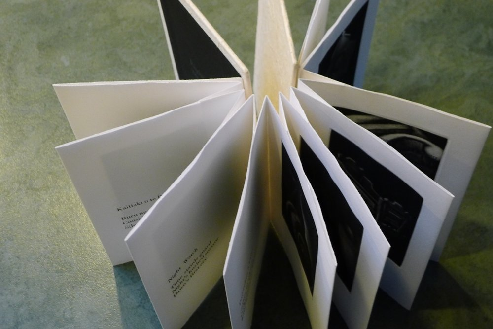 Concertina spine book structure