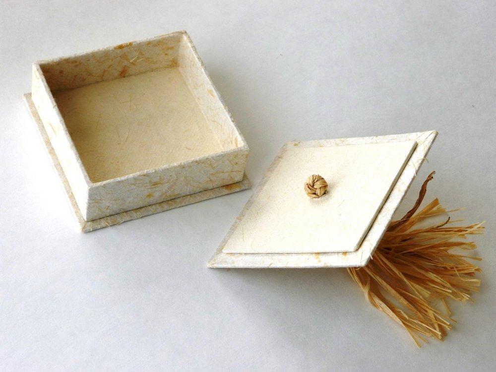 flax papers and raffia tassel 30 mm