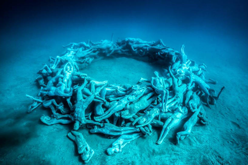 jason-decaires-taylor-new-underwater-sculptures-designboom-09.jpg
