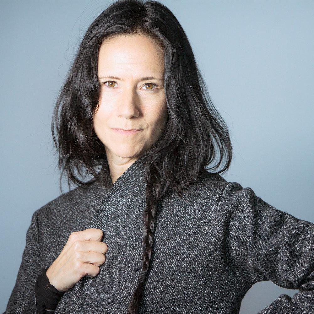JOSÉE THIBEAULT  // Josée est autrice, metteuse en scène et comédienne. Elle écrit pour le théâtre, le cinéma, la télé, la radio et la baladodiffusion, et pour le collectif d'humour Le RiRe. Depuis quelques années, elle développe de nouvelles voix narratives grâce à ses nombreux alter ego (La petite Lulu, Old Lu, Djozy, Ann Jo) avec lesquels elle livre sur scène de la poésie  spoken word , des monologues et des chansons. Josée travaille présentement à la création de son prochain spectacle,  La fille du facteur,  qui sera produit par L'UniThéâtre en mars 2019. Dans un univers où l'humour est poétique et la prose polémique, Josée tire la langue aux conventions en faisant exploser sa langue maternelle. Elle a le courage de donner sa langue au chat. Mais, jamais, elle n'a la langue dans sa poche.