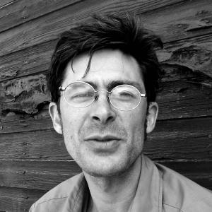 DAVID GRANGER //   Mise en scène, scénographie, éclairages  // Engagé dans la communauté théâtrale de Saskatoon depuis une décennie, David Granger a fait ses armes en scénographie à l'Université du Québec à Montréal. Il élargit ses domaines de prédilection à l'art des éclairages, au jeu d'acteur et, depuis peu, à la dramaturgie et à la mise en scène avec  Et le reflet de notre lune dansera . Complice de Gilles Poulin-Denis pour les lumières et le décor de  Rearview , il signe aussi la scénographie de  La Maculée  de Madeleine Blais-Dahlem. Il travaille présentement à l'Université de la Saskatchewan, il a participé aux Zones Théâtrales, et il a travaillé pour le Persephone Theatre et au festival Shakespeare on the Saskatchewan. Ce fidèle de La Troupe du Jour réside toujours en Saskatchewan.