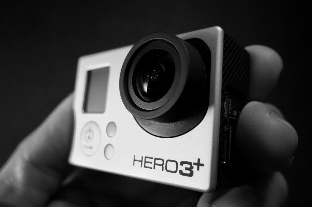 Além do celular, a Gopro pode ser uma excelente opção. Ela é ótima para viagens, selfies em grupo, esportes e para quem quer mesclar fotografia e video.