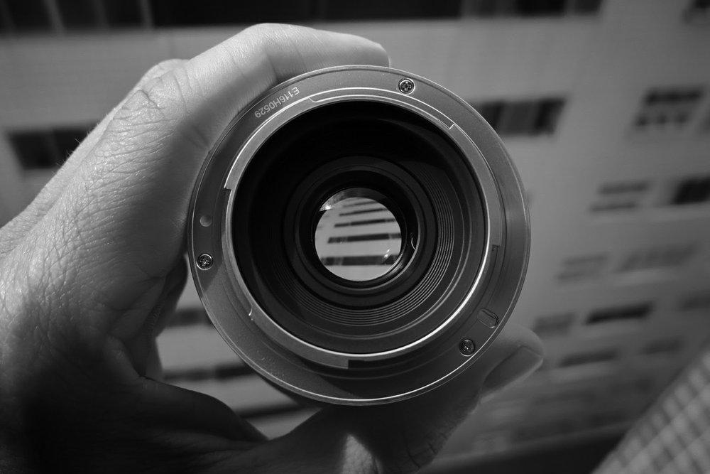 """A fotografia só existe por causa da luz e para a luz chegar no sensor, seja ele um Full Frame ou seus irmãos menores, ela precisa passar pela Lente. Então não adianta absolutamente nada você ter um corpo de câmera incrível se sua lente não permitir que uma """"boa"""" luz entre nele. Uma boa lente em um corpo de câmera mais barato tem melhores resultados do que um corpo caro com uma lente ruim."""