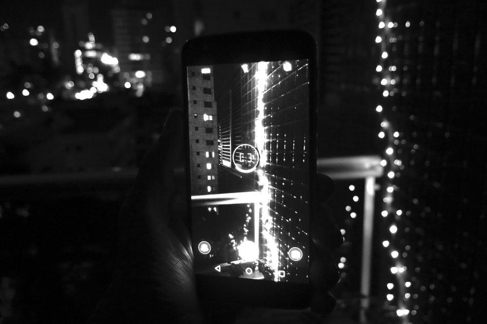 """Uma abertura maior te ajudará principalmente nas fotos com menos luz ou em fotos de assuntos em movimento, quanto mais luz entra por sua câmera mais rápido o celular consegue fazer a foto e isso evita que elas fiquem """"tremidas""""."""