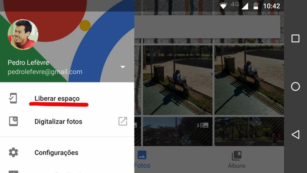 """Dentro do app, quando acessado pelo seu celular ou tablet, ao acessar o menu (marcado por 3 barras horizontais) ao lado da barra de pesquisa, você vai encontrar a opção """"Liberar espaço"""". Com ela o app faz um backup de todas as suas fotos na nuvem e em seguida exclui todas as duplicatas do seu celular, liberando o espaço antes ocupado pelas fotos."""