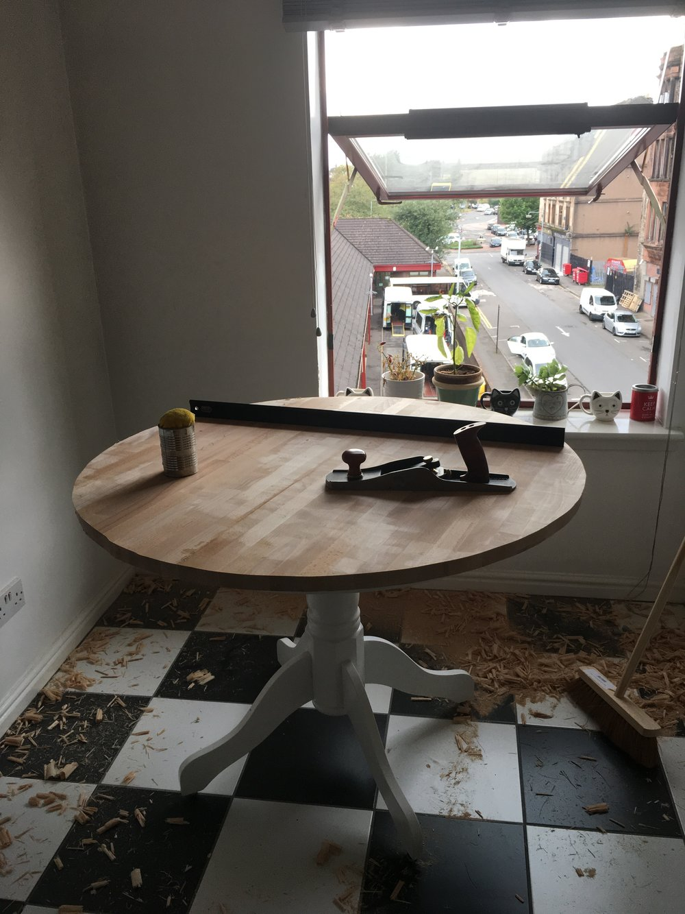 The roundish table top