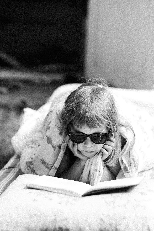 Astrid gjorde sig en läsplats i solen.