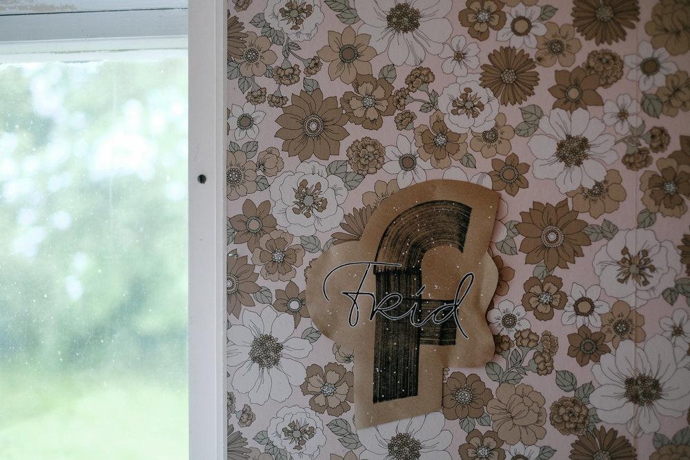 Och på väggen i köket sitter Fia Lotta Janssons FRID (och ännu en galen tapet).