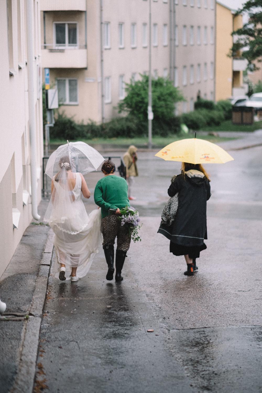 Ute regnade det ungefär hela dagen. På ett sätt var det kanske lite tråkigt, men det var en bra lärdom. Nu är jag inte så rädd för regn under fotograferingar längre. Ljuset är ju perfekt och det finns snygga paraplyer. Och regnig dramatik är mer spännande än stickigt solljus.