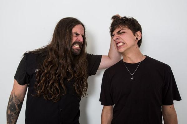 """No Heavy Metal não é diferente! Yohan Kisser é o típico """"filho de peixe"""". O garoto de 16 anos é fã de grupos como Black Sabbath, Metallica e Slayer, além, claro, do Sepultura do pai Andreas. Os dois, inclusive, já fizeram shows juntos, apresentando clássicos do genero."""