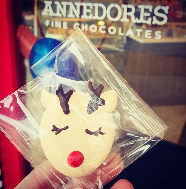 #tbt to before the holiday haze when I made these cute reindeer macs for Annedore's! 🦌🎄 . . . . . . . . . #maedkc #macarons #frenchmacarons #reindeermacs #toocutetoeat #baking #pastrylife #madeinkc #kcmo #kcfoodie #kceats #yummy