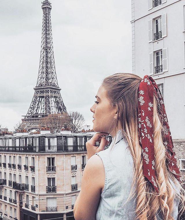 @liaofficiel et le foulchie Louise 🎀 Ultra facile à mettre et agréable à porter parce qu'on aime les accessoires qui nous facilitent la vie ✨ Il nous reste très peu de stock 💥 Fait main à Montmartre avec amour ❤️ Bon lundi 😎 #scrunchiegirl