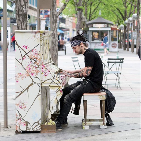 A man plays a piano on Denver's 16th Street Mall in the spring. Denver Family Photographer | Lifestyle photography