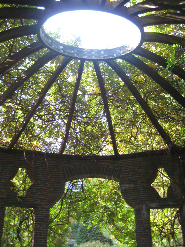Circular trellis covering.