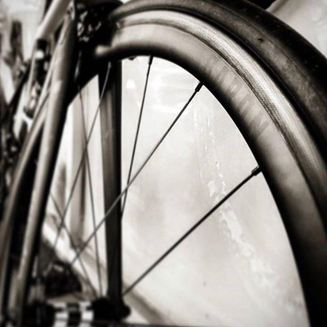 Subtle details • 📸 @naish_chap . . #baroncycling #wheelsbybaron#knightsofsuburbia #premiumwheels #carbonclinchers #roadwheels #wheelporn #dt240 #dt350