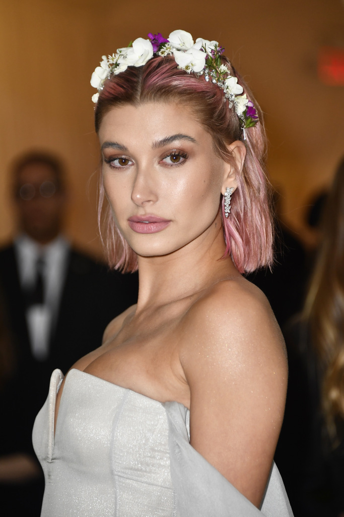 hailey-baldwin-pink-hair-1.jpg
